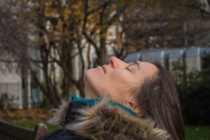 Frau in Hypnose in der Natur